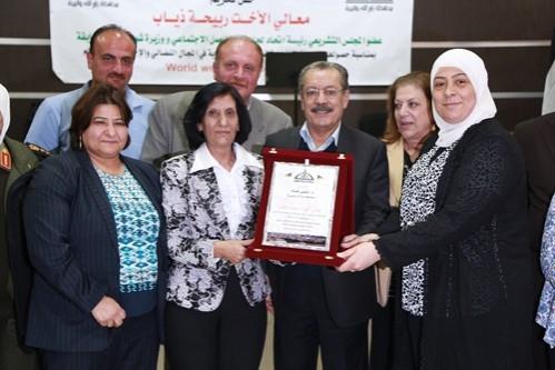محافظ رام الله تكرم ربيحة ذياب لاختيارها كأفضل شخصية قيادية نسوية